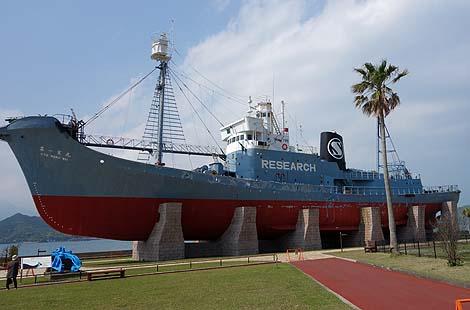 陸に上がった捕鯨船「第一京丸」(和歌山太地町)
