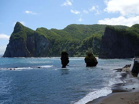 今にも大波で倒れるんじゃないかという奇岩「えびす岩・大黒岩」(北海道余市)