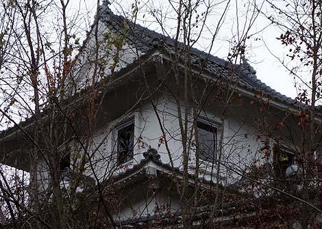 郊外住宅地に不気味に佇む廃墟ラブホテル「道後城」(愛媛松山)怪しいニセ城シリーズ