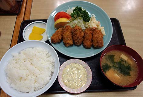 動坂食堂(東京千駄木)ごはんの盛りがとてつもない大衆食堂で牡蠣フライ定食