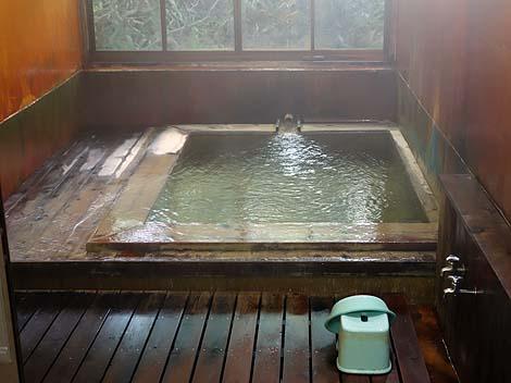 緑色をした鉄の香りプンプンの強烈酸性湯の源泉かけ流し「恵山温泉旅館」(北海道函館)