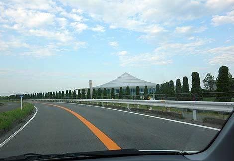 UFOでも呼ぶつもりか?滋賀県に現れたUFO基地?「八光神殿」天聖真美会(滋賀草津)珍建築