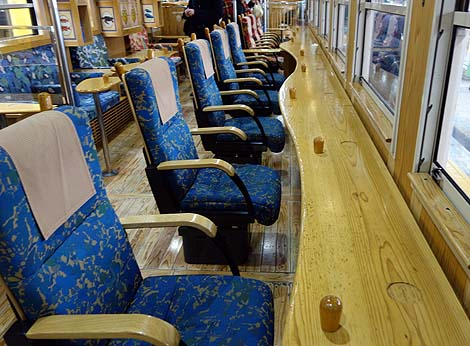 海の眺めが絶好の中、さつま揚げをアテにビール飲みつつ・・・指宿のたまて箱(鹿児島中央~指宿間を結ぶ観光特急列車)ハッピーバースデイ九州パスその2