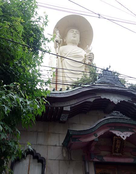 市街地のど真ん中でにょっきりそびえ立つ「巨大な弘法大師像 弘願寺」(新潟市)