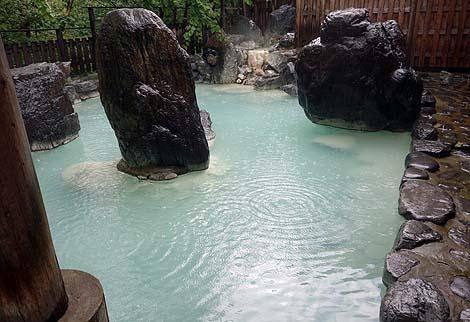 白濁り硫黄泉のかけ流しは癒やされる空間です「松川温泉 峡雲荘」(岩手八幡平)