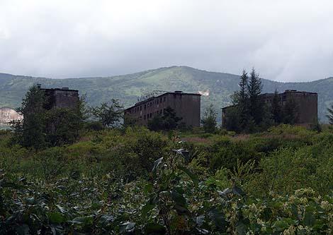 不気味なアパート廃墟群は軍艦島を凌ぐ雰囲気!「松尾鉱山 緑ヶ丘アパート」(岩手八幡平)