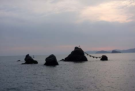 三重県奇岩シリーズ第3弾って誰でも知っているあの岩なんですけどね「夫婦岩」(三重伊勢二見)