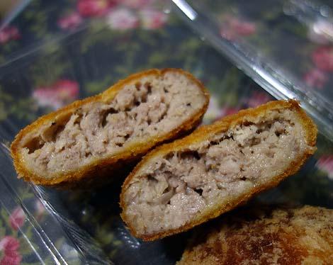 仲里食肉店(沖縄那覇)牧志公設市場近くの豚肉精肉屋さんのコロッケとミンチカツ