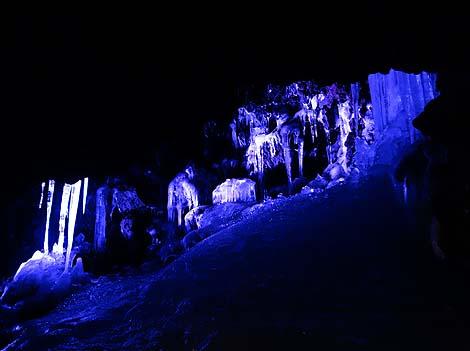 夏でも氷柱が溶けることはない地下の神秘!青木ヶ原樹海近く「鳴沢氷穴」(山梨鳴沢村)