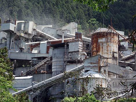 山奥に突如現れる真っ白な要塞♪「奥多摩工業氷川工場」(東京奥多摩町)工場風景