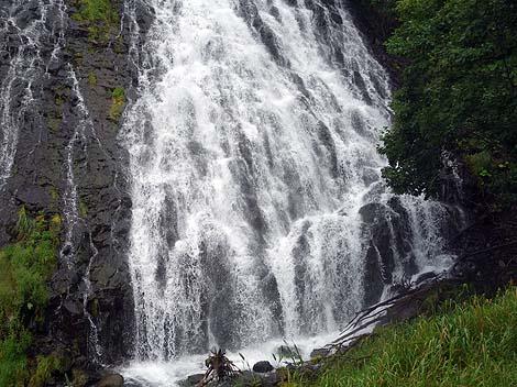 水しぶきが飛んでくる迫力のある滝「オシンコシンの滝」(北海道斜里)