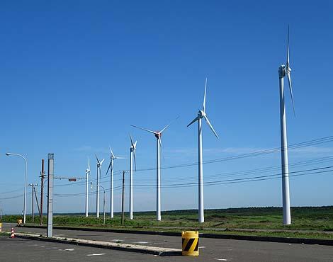 圧巻!!3.1kmにわたり一列に28基もの巨大風車が並ぶ「オトンルイ風力発電所」(北海道天塩郡幌延町)
