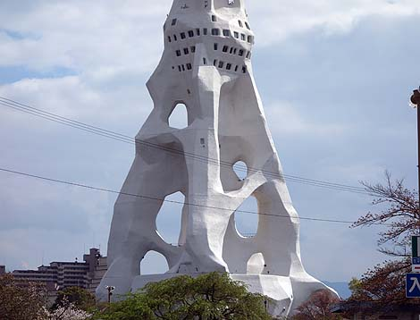 まるで粘土細工で作ったかのような・・・高さ180mと圧倒的に通天閣よりも高い「PLの塔[大平和祈念塔]」(大阪富田林)