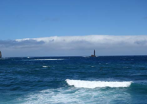灯台と見間違うのでは?高さ46mの奇岩「ローソク岩」(北海道余市)