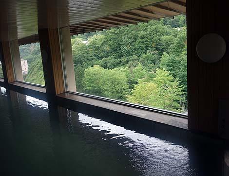 白濁りの硫黄の香りたっぷり♪加水のみの源泉かけ流し「登別温泉 石水亭」(北海道登別)