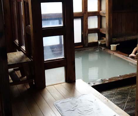 草津温泉の無料共同湯の1つはとてつもない白濁泉の実力!「白旗之湯」(群馬吾妻郡)