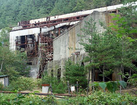 硫化鉱を採掘していた選鉱所や従業員住宅の遺構は現在でも廃墟で残されてます「田老鉱山跡」(岩手宮古)