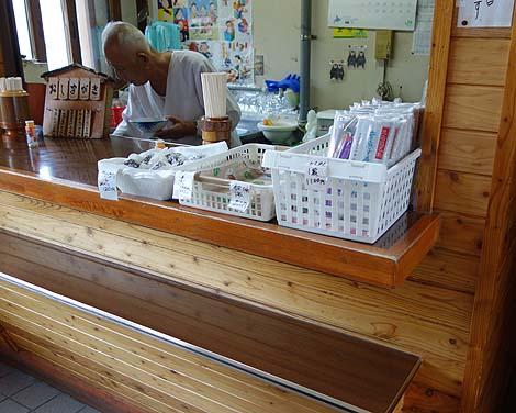 常盤軒(北海道JR音威子府駅)蕎麦も汁も真っ黒の非常に人気の高い駅そば