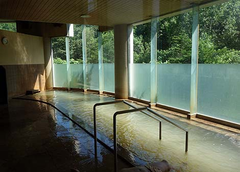 全国的にも珍しい鉱物臭のする皮膚疾患にもよく効く温泉「豊富温泉町営ふれあいセンター」(北海道天塩)