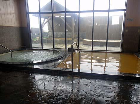 茶褐色に濁った鉄の匂いがするしょっぱい源泉かけ流し「鶴亀温泉」(北海道余市)