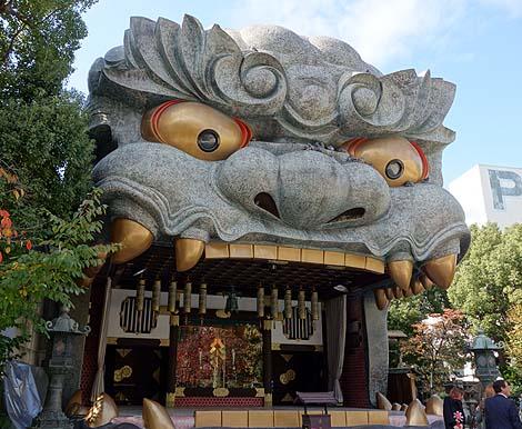 巨大な獅子頭に圧倒・・・難波八坂神社(大阪ミナミ)B級珍スポット