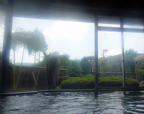 源泉かけ流し浴槽がある群馬北部の日帰り入浴施設「奥平温泉 遊神館 たくみの里」(群馬利根郡みなかみ町)