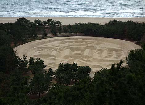 銭形砂絵(香川観音寺)グーグルマップの航空写真にも「寛永通宝」とくっきり!
